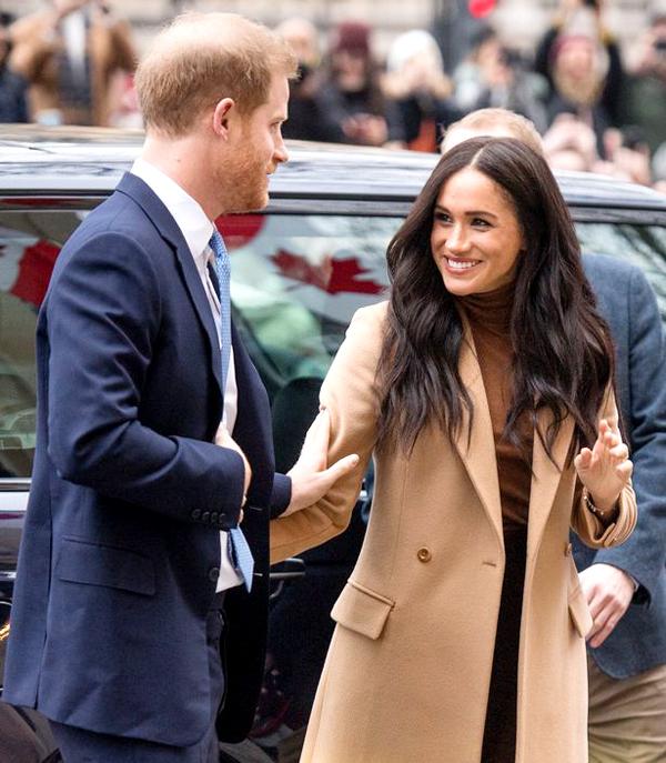 Vợ chồng Harry - Meghan trấn an lẫn nhau khi xuống xe tới gặp Cao ủy Canada tại London chiều 7/1. Ảnh: PA.