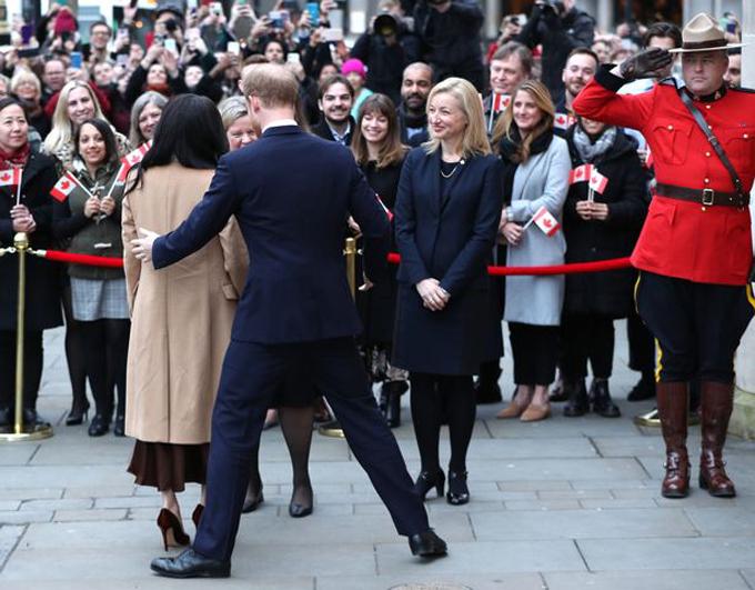 Hoàng tử Harry vội sải dài bước chân để chỉnh lại vị trí đứng thích hợp với vợ khi nói chuyện với Cao ủy Canada chiều 7/1. Ảnh: PA.