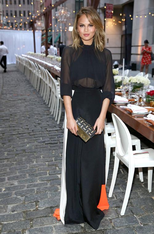 Thoạt nhìn, vòng eo của người mẫu Chrissy Teigen tưởng như bé xíu. Đó là kết quả do chiếc quần phối màu đen trắng mang lại.