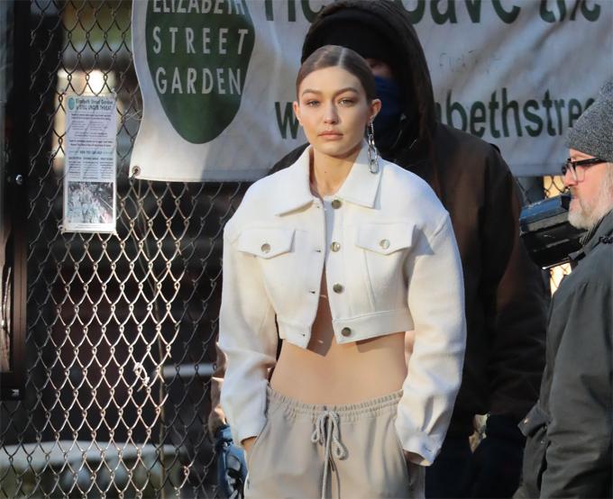 Xuống phố ở New York, Gigi Hadid khiến nhiều người phải nhìn đi nhìn lại và tự hỏi tại sao rốn của cô biến mất. Thực ra nàng siêu mẫu thế hệ mới đang mặc chiếc áo ôm sát màu nude giống hệt tone da.