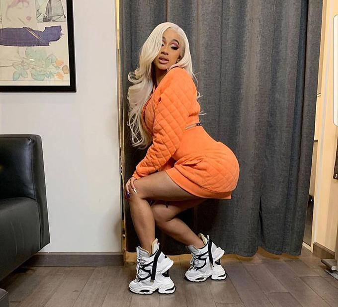 Mẫu giày Dsquared2 mà Cardi B từng khoe trên Instagram trông như hai đôi giày xếp chồng lên nhau. Nhờ món phụ kiện dị biệt này, bức ảnh của nữ rapper nhận được nhiều bình luận hơn hẳn.