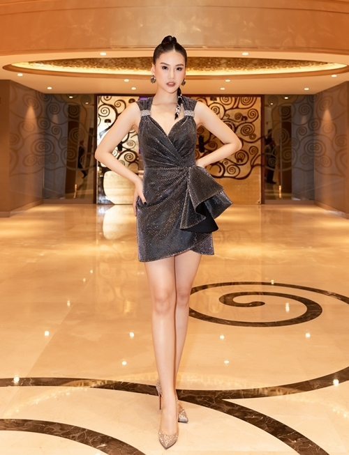 Đến dự buổi tiệc, Quỳnh Hoa diện thiết kế có độ dài trên đầu gối khoe đôi chân dài 115 cm. Cô mang giày Louboutin màu vàng đồng có giá hơn 1.000 USD và khuyên tai sang trọng.