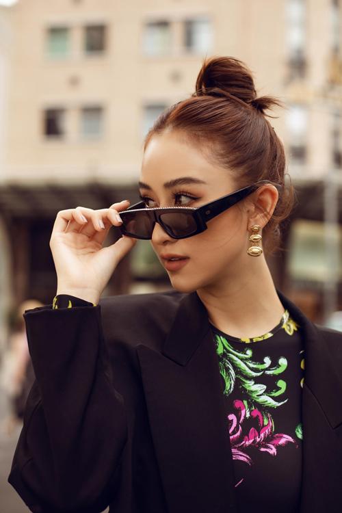 Bộ ảnh được thực hiện với sự hỗ trợ của nhiếp ảnh Hải Nguyễn, stylist Phạm Bảo Luận, trang điểm Hiwon, làm tóc Jimmy.