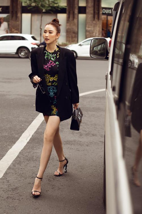 Váy ngắn kiểu ôm sát body cũng là trang phục giúp người mặc khoe chân thon, dáng sexy một cách hiệu quả.