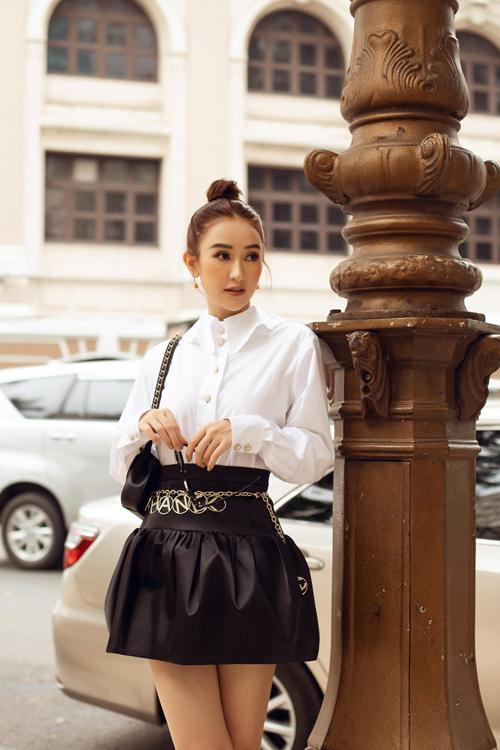 Chân váy ngắn kiểu lưng cao cũng là một trong những mẫu trang phục dễ hack dáng.