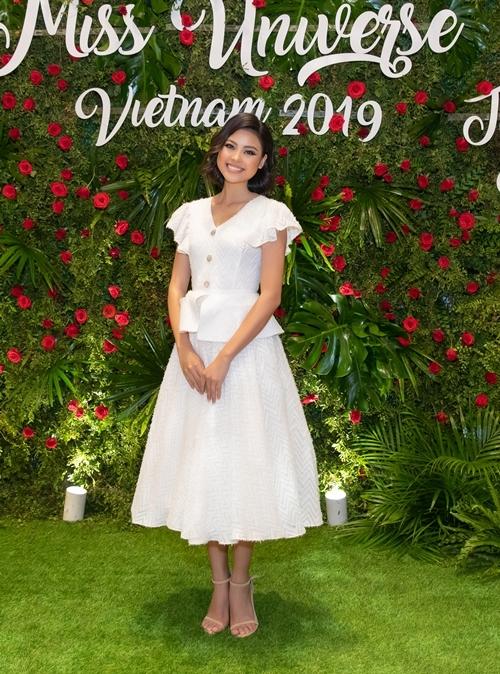 Đào Thị Hà diện cây trắng nền nã tới chia vui cùng Hoa hậu Khánh Vân.