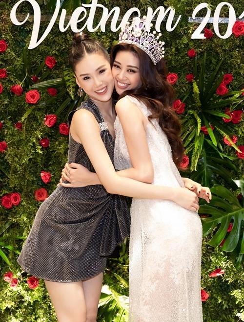 Quỳnh Hoa (trái) thân thiết với Khánh Vân. Cô nhận xét tân Hoa hậu Hoàn Vũ Việt Nam 2019 là ngườimạnh mẽ, cá tính giống, nhiều nét giống... đàn ông.
