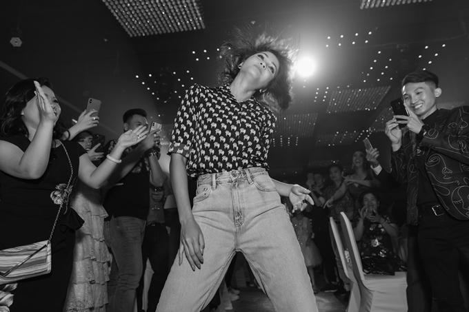 Cô đến dự tiệc của đàn em với áo sơ mi và quần jeans, nhiệt tình tham gia các trò chơi và liên tục trở thành tâm điểm.