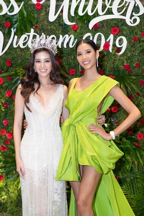 Hoàng Thùy diện váy của NTK Công Trí có phần đuôi dài 3m. Cô so vẻ gợi cảm với Khánh Vân tại sự kiện.