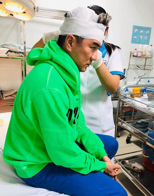 Đàm Vĩnh Hưng được xử lý băng bó vết thương sau đêm diễn.