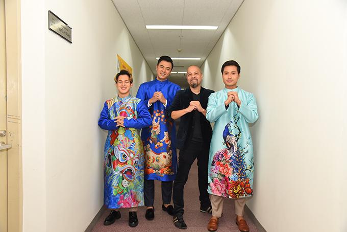 Sau khi ra mắt bộ sưu tập áo dài dành cho Tết, Đức Hùng sẽ chuẩn bị cho chuyến lưu diễn tại Pháp và Mỹ.