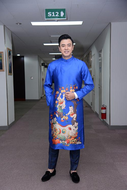 Diễn viên Tuấn Tú chọn quần âu kẻ xanh đậm ton sur ton với áo dài in họa tiết lấy cảm hứng từ tranh Đông Hồ.