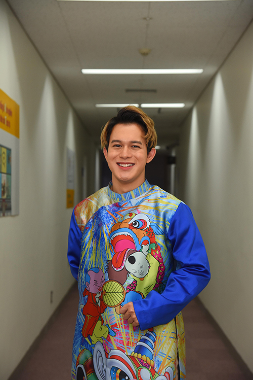Quang Anh chọn áo dài đồng điệu với bố Tuấn Tú. Trong phim Về nhà đi con, hai nam diễn viên đóng bố con của nhau.