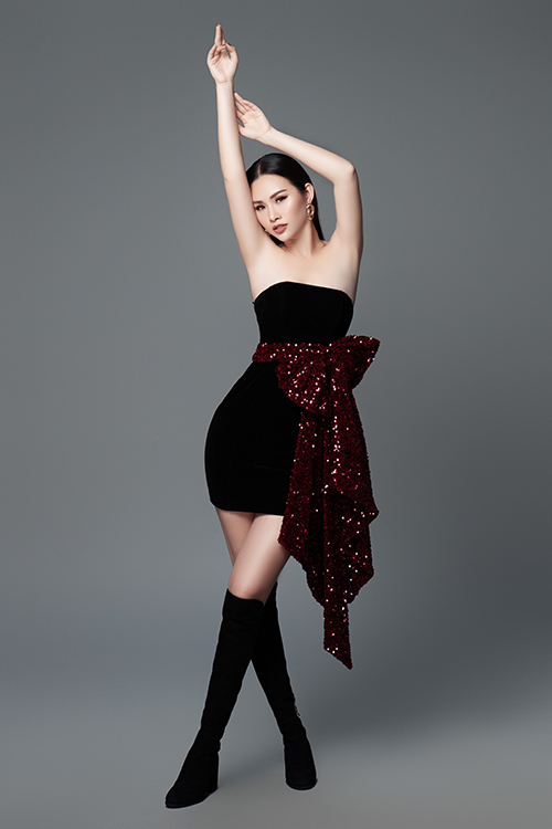 Chiếc nơ to bản trở thành điểm nhấn cho bộ váy cúp ngực tối màu thêm cuốn hút.