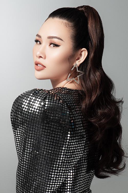 Để hoàn thiện phong cách,Thanh Trang make-up tông cam đất và để tóc xoăn.