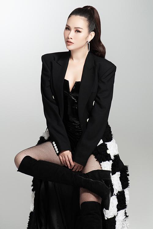 Bộ ảnh được thực hiện với sự hỗ trợ của nhiếp ảnh Milor Trần và stylist Lê Minh Ngọc.