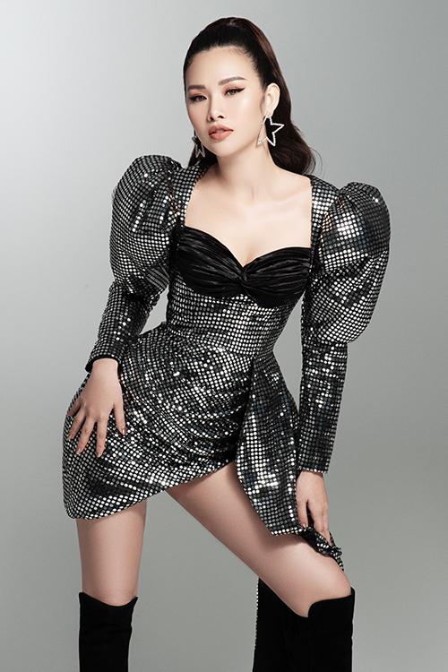 Thanh Trang trở nên nữ tính hơn với váy cúp ngực kết họp tay phồng. Sau thời gian luôn phải mặc quần áo phom rộng vì vòng ba và vòng hai tăng nhanh đột biến, người đẹp hiện tự tin với mọi loại thiết kế.