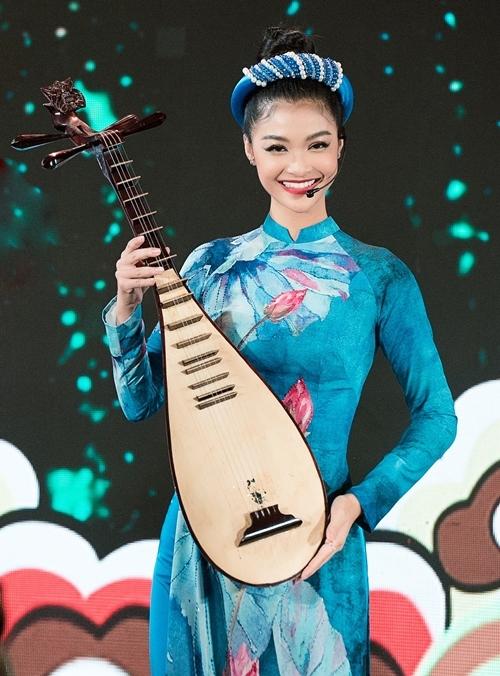 Á hậu Kiều Loan diện áo dài in họa tiết bông sen nổi bật.