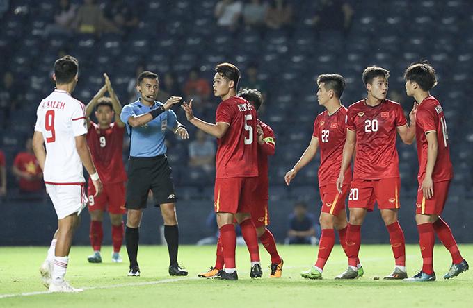 U23 UAE (trắng) không thể chọc thủng lưới Việt Nam dù chơi lấn lướtẢnh: Đức Đồng.