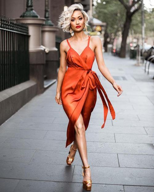 Thay vì diện đầm cổ điển, váy thắt eo điệu đà hàng ngày là thiết kế váy hai dây theo hơi hướng phóng khoáng và sexy.
