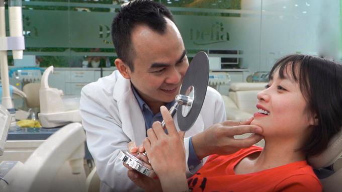 Bác sĩ kiểm tra tình trạng răng của Hoàng Loan.