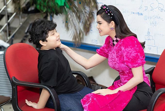 Trương Quỳnh Anh được mời làm người mẫu diễn áo dài. Cô đưa cả con trai đi cùng. Bé Sushi năm nay 7 tuổi là nguồn động viên tinh thần của Trương Quỳnh Anh sau ly hôn.