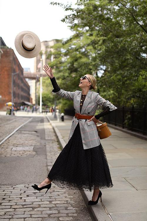 Cách sử dụng đai lưng, dây da cùng áo khoác over size vẫn được yêu thích. Set đồ với áo kẻ sọc ca rô, chân váy xoè chấm bi sẽ giúp phái đẹp hoá thân thành quý cô cổ điển đúng mực.