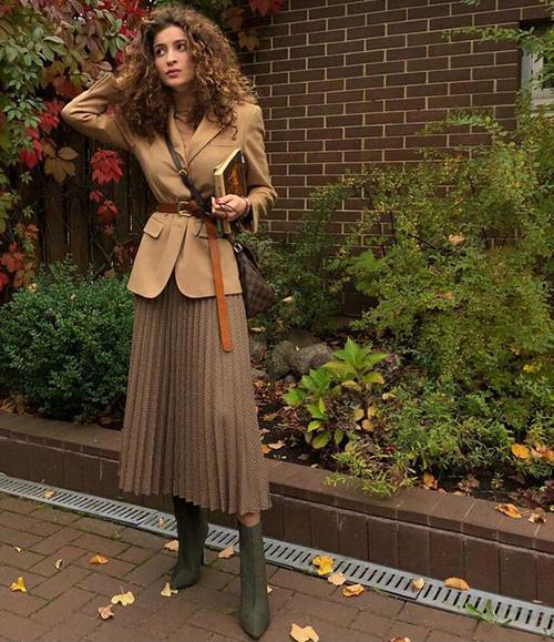 Phối chân váy midi cùng áo blazer là công thức được nhiều fashonista thế giới áp dụng để giúp bản thân có được set đồ hoản hảo.