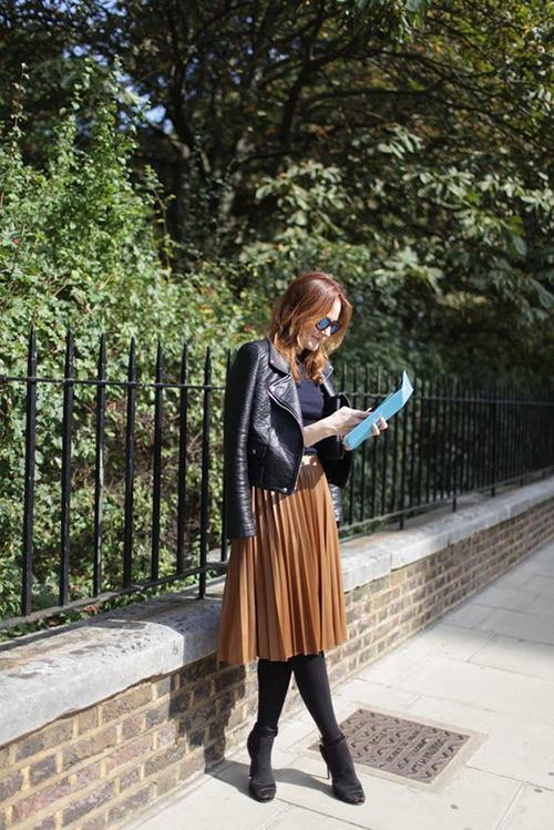 Khác với vẻ hầm hố khi được mix cùng jeans rác, các kiểu áo khoác da trở nên hiền hoà hơn bởi được phối cùng chân váy cổ điển.