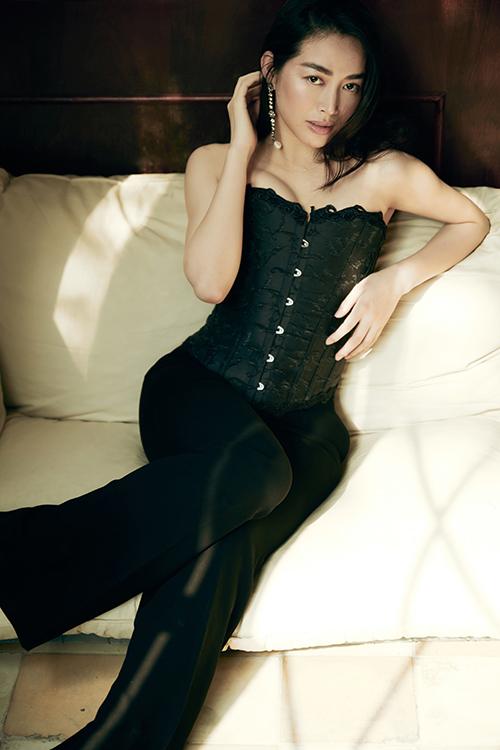Tạm rũ bỏ hình ảnh quý cô trang nhã, Mai Thanh Hà khoe vẻ sexy với tạo hình mới. Nữ diễn viên cho biết, bộ ảnh này có tạo hình gần giống với nhân vật Mai Xỉu trong phim truyền hình cô vừa tham gia.