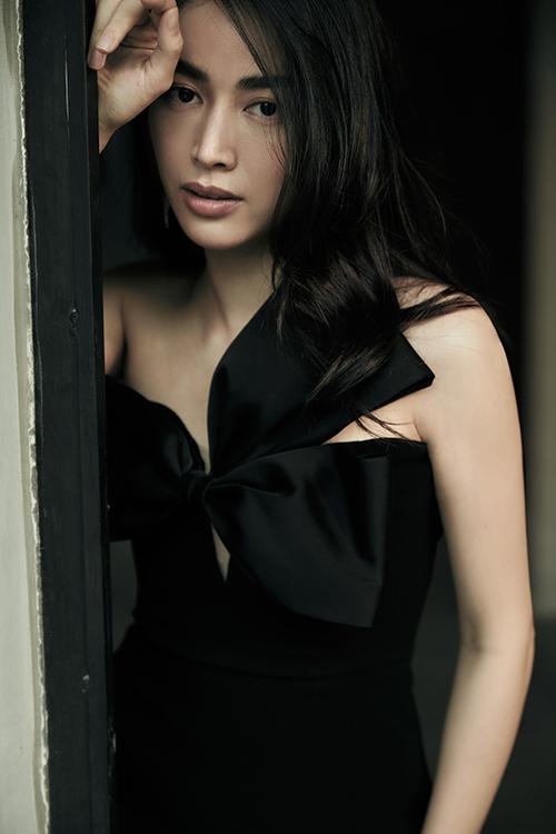 Trang phục trắng đen với phom dáng đa dạng được lựa chọn cho ngọc nữ điện ảnh mới của làng giải trí Việt.