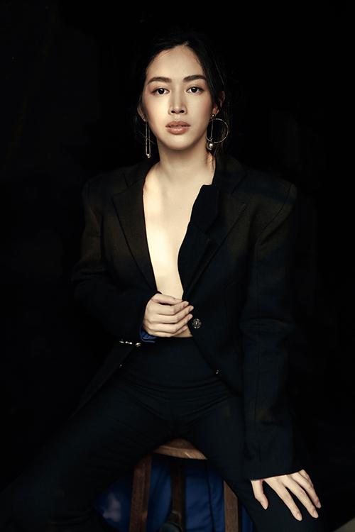 Khác với hình ảnh thanh lịch với những set đồ công sở, Mai Thanh Hà diện váy áo khoe khoảng hở táo bạo.