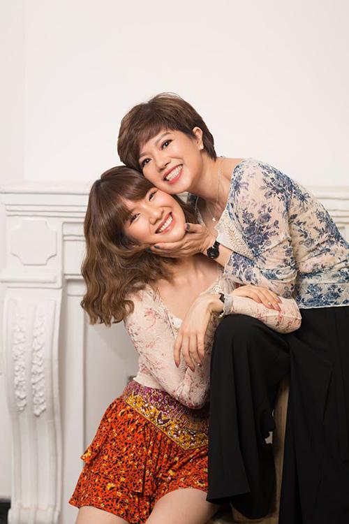 Chị có hai trái ngọt trong cuộc hôn nhân với Chí Trung là con gái Huyền Trang và con trai Minh Trung.Ngọc Huyền và Chí Trung gặp nhau khi cùng thi tuyển vào nhà hát Tuổi Trẻ. Họ nên duyên vợ chồng vào năm 1986, sau hơn 7 năm hẹn hò. Trong suốt hơn 30 năm chung sống, cặp đôi luôn được ngưỡng mộ bởi tình cảm bền chặt. Tuy nhiên, họ đã lặng lẽ chia tay suốt 2 năm qua.