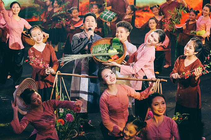 Trọng Tấn khiến chương trình rộn ràng không khí Tết khi kết hợp với bé Nhật Minh thể hiện ca khúc À í a.