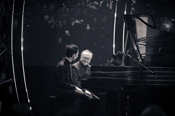 Quang Đăng còn có màn song tấu với thầy giáo mình là nghệ sĩ piano Đặng Thái Sơn. Ông vừa trở về từ Canada để tham dự chương trình.