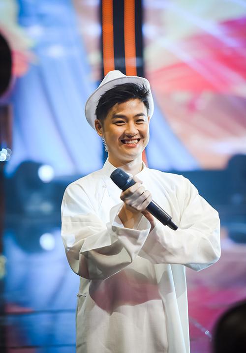 Thanh Duy bay từ Sài Gòn ra Hà Nội để cùng làm MC với Diễm Quỳnh.