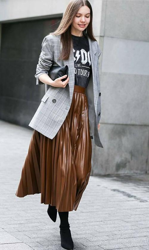 Blazer dáng rộng vẫn nằm trong top trang phục thịnh hành, vì thế các nàng có thể thoải mái chọn kiểu áo này để mix-match trang phục đi làm hay dạo phố.