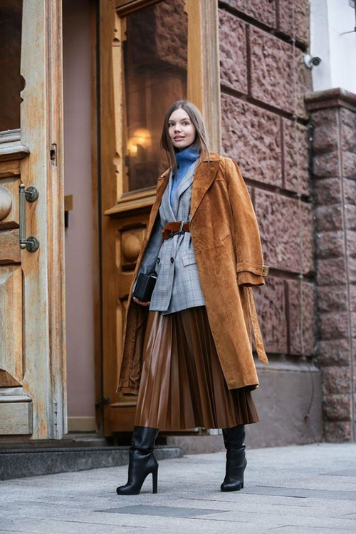 Chân váy xếp ly vẫn có thể sử dụng trong ngày lạnh nhưng phải kèm thêm những món đồ giữ ấm hiệu quả như áo blazer, áo len cổ lọ và thậm chí là măng tô.