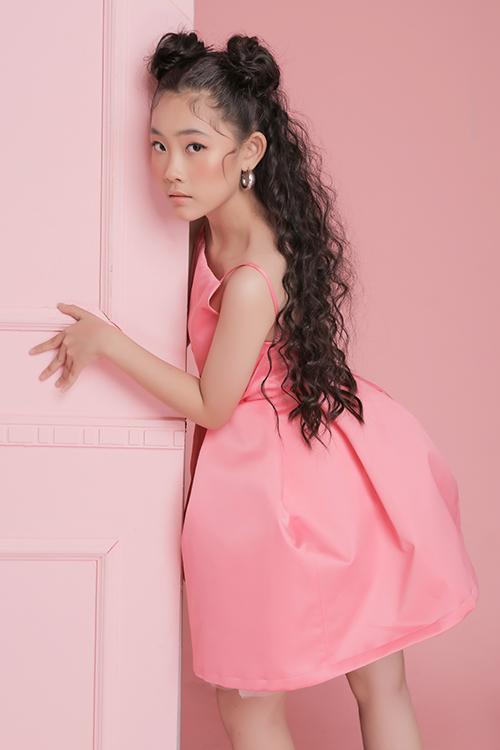 Nhà thiết kế sử dụng những tông màu được các bé gái yêu thích như hồng, tím, trắng để mang tới các kiểu váy tạo khối tôn nét đáng yêu.