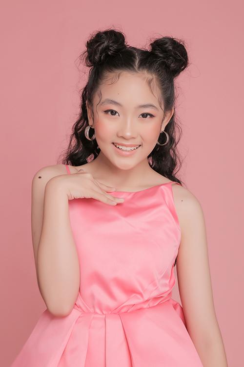 Diện váy hồng thạch anh tôn làn da sáng, bé Suri Phương Anh được chọn gam trang điểm cùng tông và làm tóc Mickey - kiểu tóc hứa hẹn gây sốt ở mùa mốt năm nay.