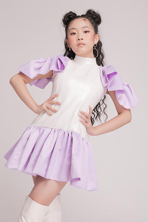 Kỹ thuật tạo khối đơn giản nhưng vẫn tạo nên điểm nhấn riêng cho váy mùa xuân của bé gái. Chi tiết xếp bèo cho phần chân váy sẽ khiến bước chân của các cô nàng thêm phần rung rinh.