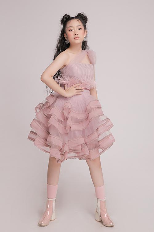 Bên cạnh các mẫu váy dễ sử dụng khi đi dạo phố, chụp ảnh xuân, nhà thiết kế còn mang tới nhiều kiểu trang phục để các nhóc tỳ tham gia tiệc tùng.