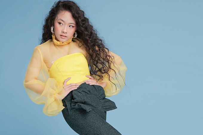 Bên cạnh các mẫu váy điệu đà, nhà thiết kế Thanh Huỳnh còn mang đến các kiểu quần tạo khối cánh hoa, nơ bướm vô cùng đáng yêu cho các bé gái.