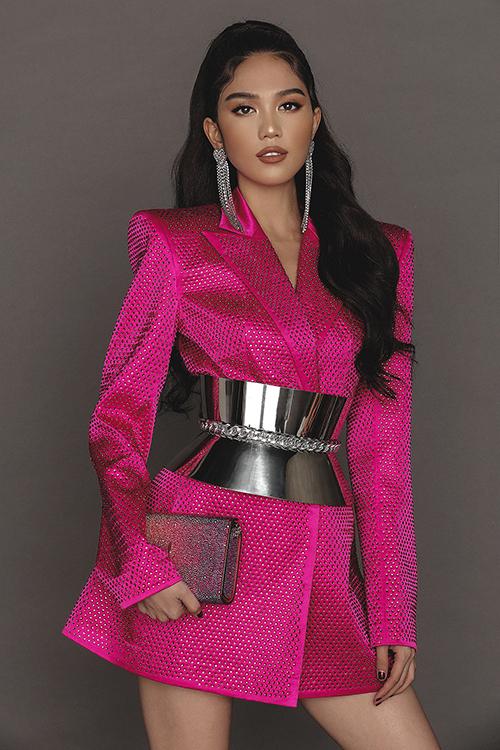 Ngọc Trinh chưng diện những item đinhgiúp truyền tải tinh thần BST rõ nét nhất như đầm bodycon, áo blazer độn vai thời thượng,corset kim loại cá tính...