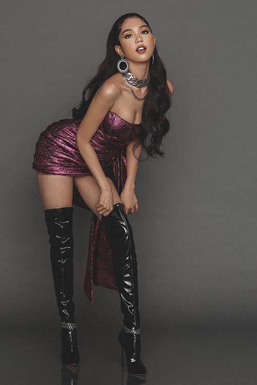 Các kiểu phụ kiện hứa hẹn cháy hàng ở mùa mốt 2020 cũng được Chung Thanh Phong mix-match ăn ý trên từng mẫu váy sexy.
