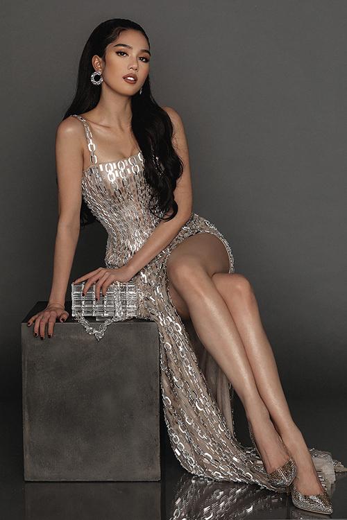 Cùng với loặt đầm bó sát, váy ngắn tôn chiều cao, Chung Thanh Phong còn chọn thêm các mẫu váy khoe chân dài sexy cho Ngọc Trinh.