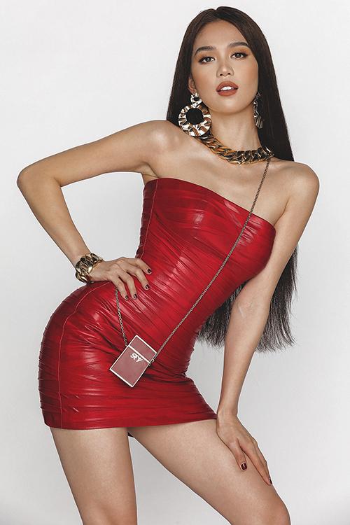 Trong mỗi set đồ, nhà thiết kếgốc Đà Nẵng đã khéo léo mix-match phụ kiện tương ứng, chuẩn bị từ khuyên tai, vòng tay, vòng cổ, thắt lưng corset nhằm mang đến vẻ hoàn hảo, chỉn chu.