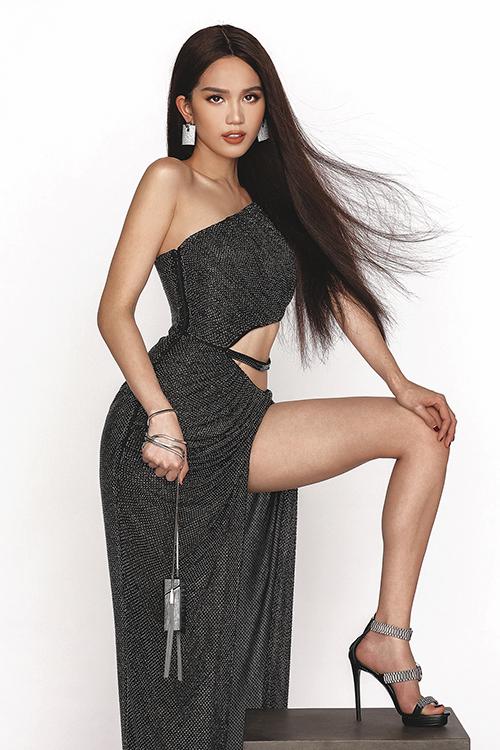 Những chiếc váy với chi tiết cắt khoét vòng eo táo bạo, xẻ tà cao tít tắp hay kiểu đầm cúp ngực sexy là các item giúp Ngọc Trinh khoe đường cong mỹ miều và ba vòng chuẩn.