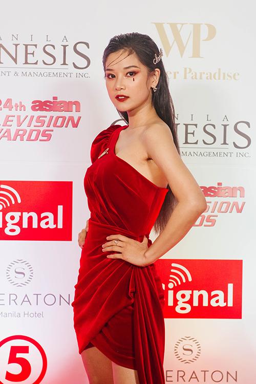 Tại Philippines, Hoàng Yến cùng êkíp có haingày chuẩn bị và một ngày tổng duyệt chương trình. Trên thảm đỏ tối 11/1, nữ ca sĩ kiêm diễn viên diện váy của nhà thiết kế Linh Nguyễn.