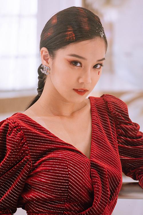 Không chỉ sải bước trên thảm đỏ, Hoàng Yến Chibi nhận lời mời biểu diễn. Cô diện một thiết kế khác của Linh Nguyễn, buộc tóc cá tính kết hợp với trang điểm đậm để lên sân khấu.